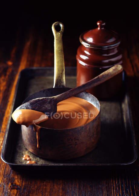 Salsa de caramelo en bandeja - foto de stock