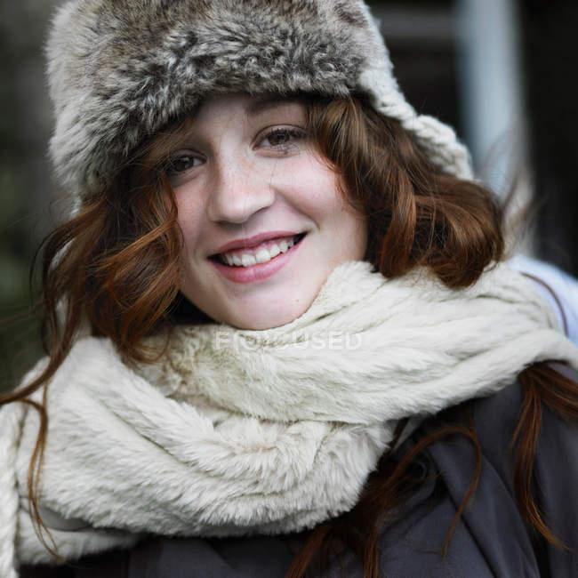 Mujer sonriente con sombrero y bufanda - foto de stock