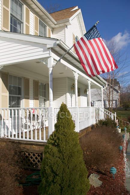 Американський прапор висить біля будинку — стокове фото