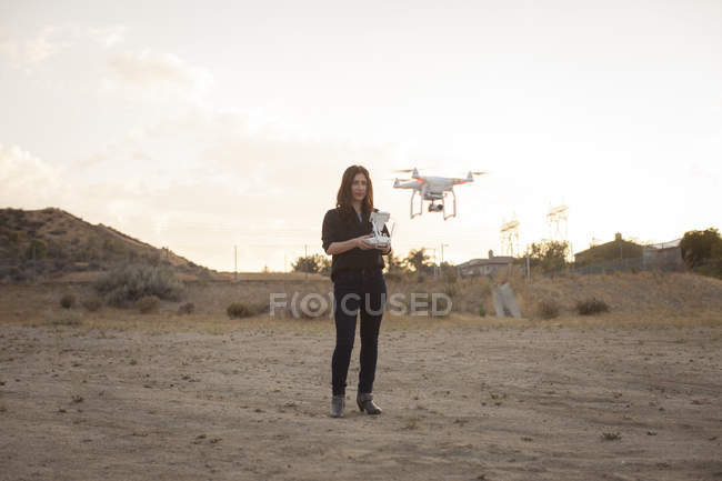 Exploitante commerciale sur drone volant en garrigue, Santa Clarita, Californie, USA — Photo de stock