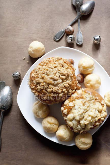 Bolos e bolos de pastelaria servidos no prato — Fotografia de Stock