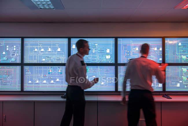 Étudiants devant des moniteurs dans le simulateur de salle des machines du navire — Photo de stock