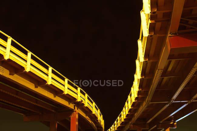 Городских мостов, освещенной ночью — стоковое фото