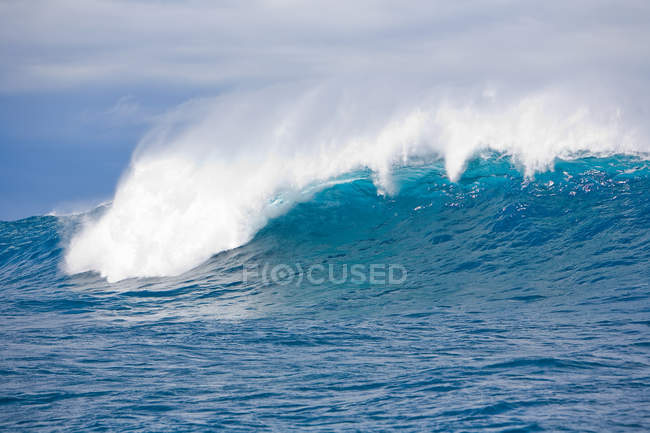 Ocean wave with foam — Stock Photo