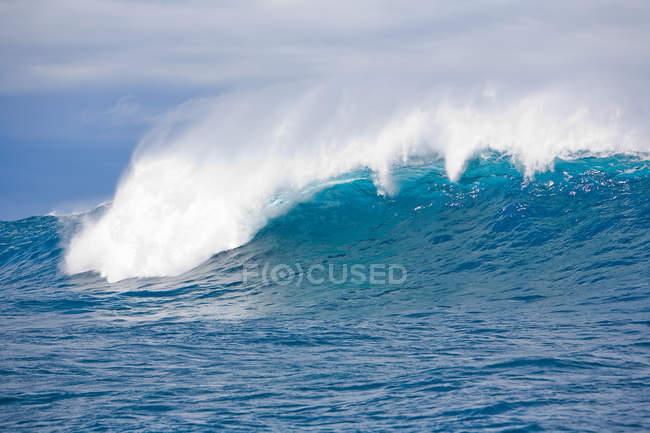 Океан хвилі з монтажною піною — стокове фото