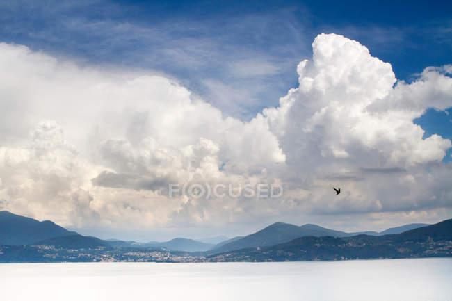 Хмари над сніжний пейзаж — стокове фото