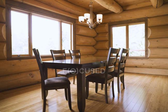 Mesa de comedor de madera y sillas de respaldo alto - foto de stock