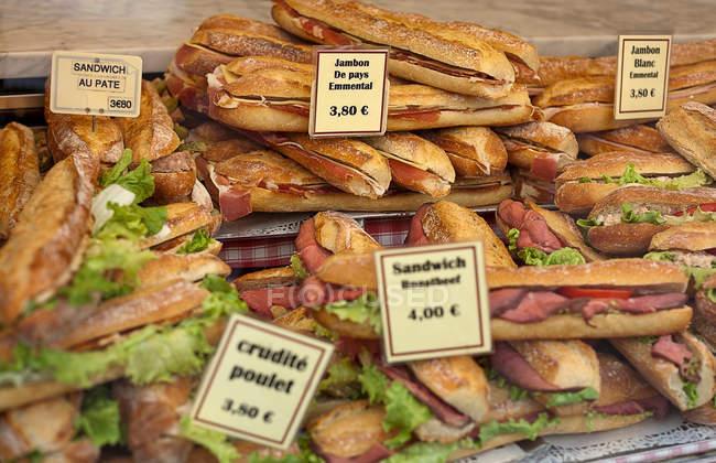 Sándwiches con etiquetas de precios para la venta - foto de stock