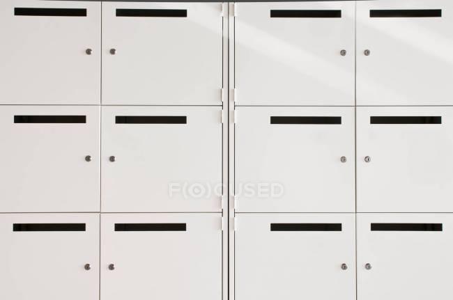 Weiße Schließfächer in leerem Büroblock, Nahaufnahme — Stockfoto