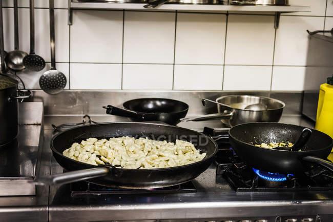 Піч каструлі продовольство приготування їжі на кухні — стокове фото