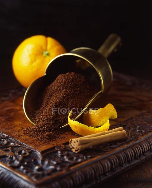 Frische Orangen und Schalen mit Zimtstange — Stockfoto