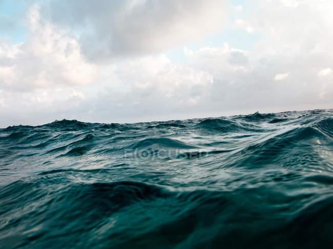 Океан хвилі водної поверхні з хмарного неба — стокове фото