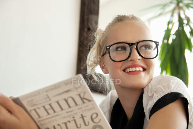 Ragazza adolescente che scrive sul diario — Foto stock