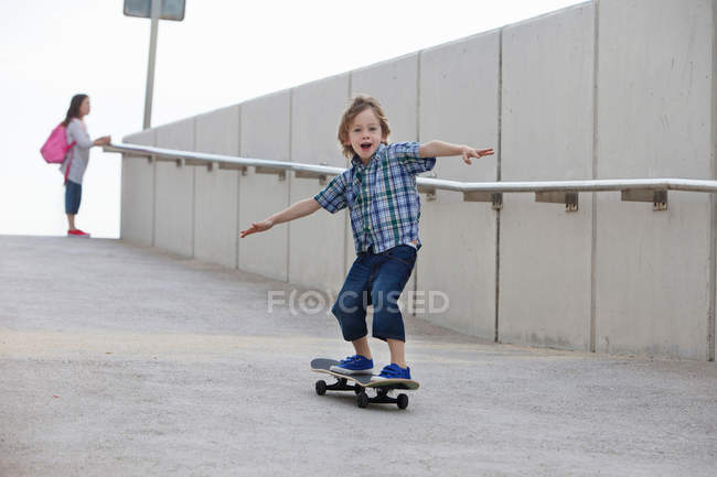Junge Skateboard Rampe fahren — Stockfoto