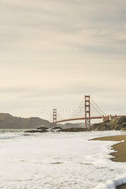 Golden Gate Bridge і пляж хвилі — стокове фото