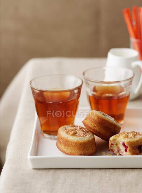 Himbeerkuchen mit süßem Tee — Stockfoto