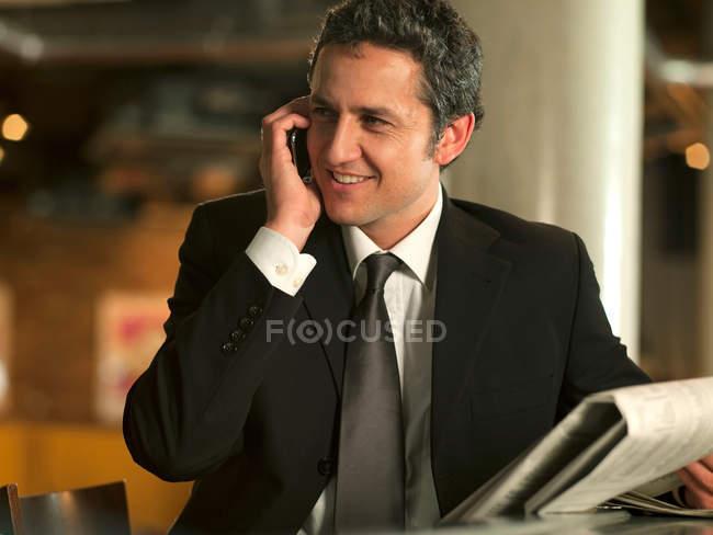 Geschäftsmann am Handy im café — Stockfoto