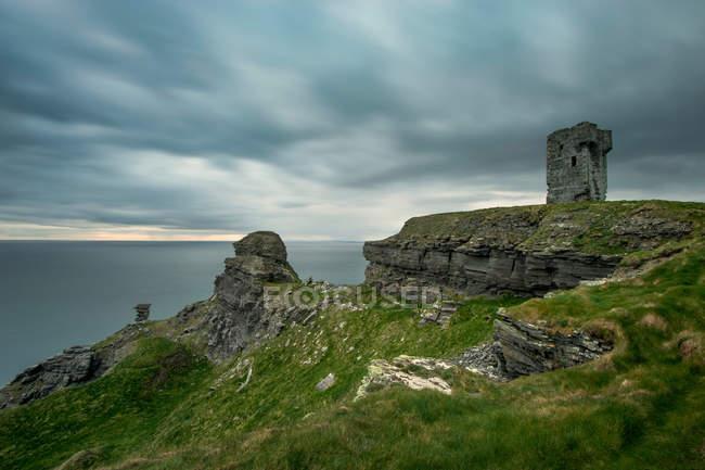 Каменные руины на сельских скалах — стоковое фото