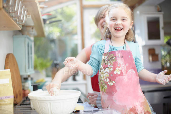 Мати і дочка випічки разом — стокове фото