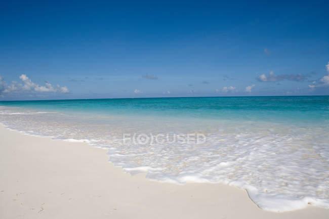 Волн на песчаном пляже — стоковое фото