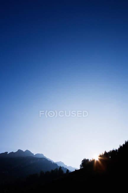 Nascer do sol sobre montanhas em vals, Suíça — Fotografia de Stock