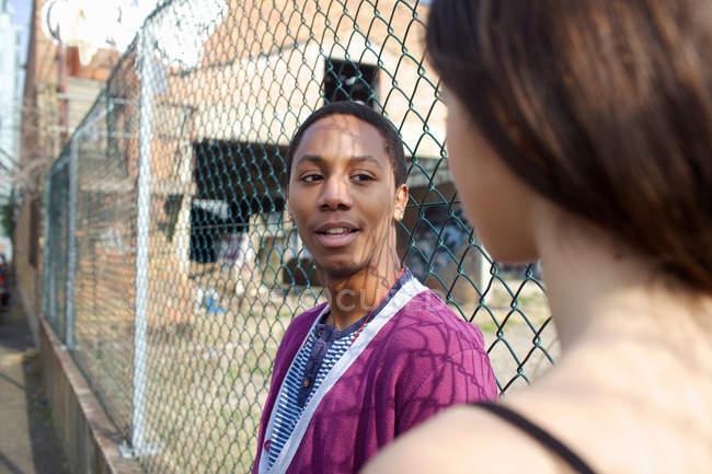 Casal falando na rua da cidade — Fotografia de Stock