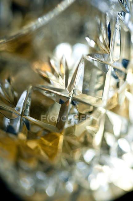 Закрыть до выстрела виски в металлический стакан — стоковое фото