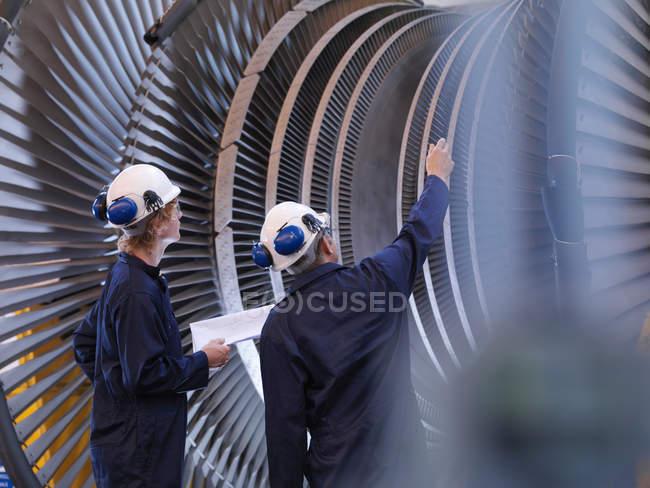 Ingénieurs regardant la turbine — Photo de stock