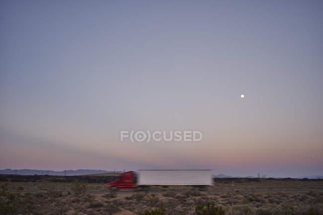 Camion conduite sur l'autoroute de nuit — Photo de stock