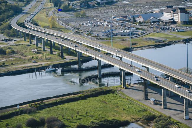 Circulation sur le pont d'autoroute rivière — Photo de stock
