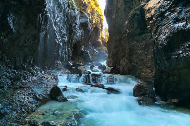 Río corriendo a través del cañón rocoso - foto de stock