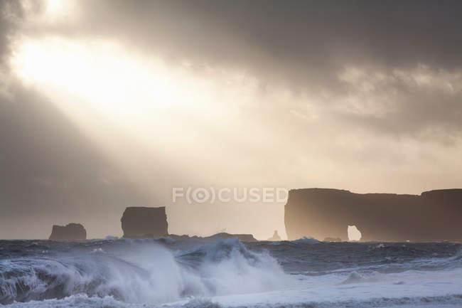 Falésias na praia tempestuosa — Fotografia de Stock