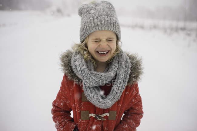 Счастливая молодая девушка ходит по снегу — стоковое фото