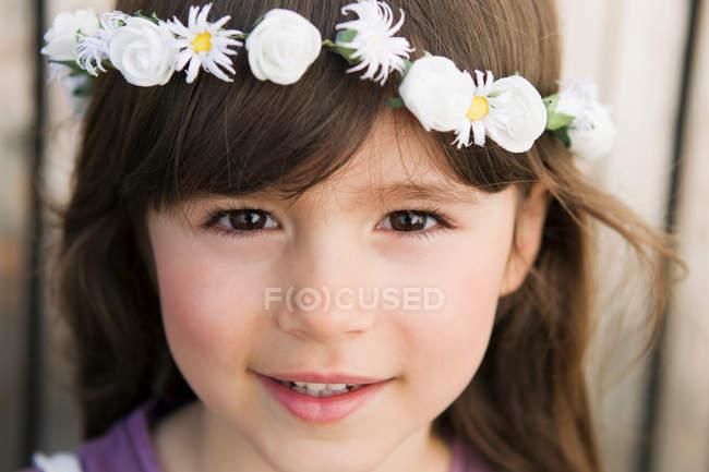 Крупним планом дівчата носять квітка корони — стокове фото