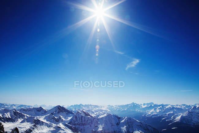 Сонце світить над горами — стокове фото