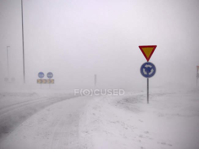 Panneaux routiers dans un paysage enneigé — Photo de stock