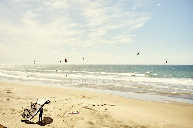 Vista del kitesurf in acqua — Foto stock
