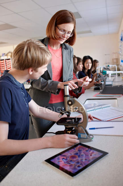 Вчитель зі студентами в науці класі — стокове фото