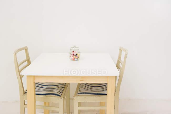 Glas mit Süßigkeiten platziert auf einem Tisch, Innenansicht — Stockfoto