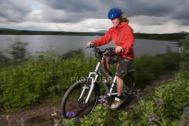 Mulher mountain bike no caminho da sujeira — Fotografia de Stock