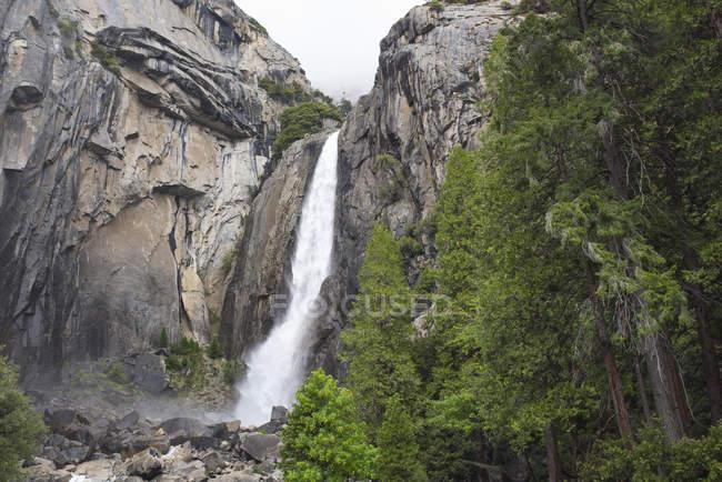Chute d'eau au parc national de Yosemite — Photo de stock