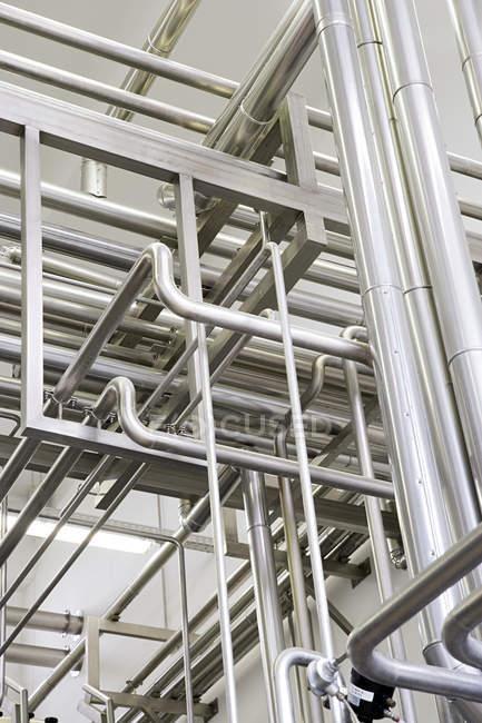 Vue à faible angle de la tuyauterie industrielle dans une usine — Photo de stock