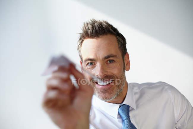 Homme d'affaires jouant avec un avion en papier — Photo de stock