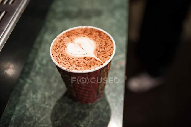 Taza desechable con forma de corazón y canela en café - foto de stock