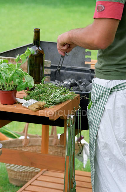 Arrangements masculins charbons barbecue — Photo de stock