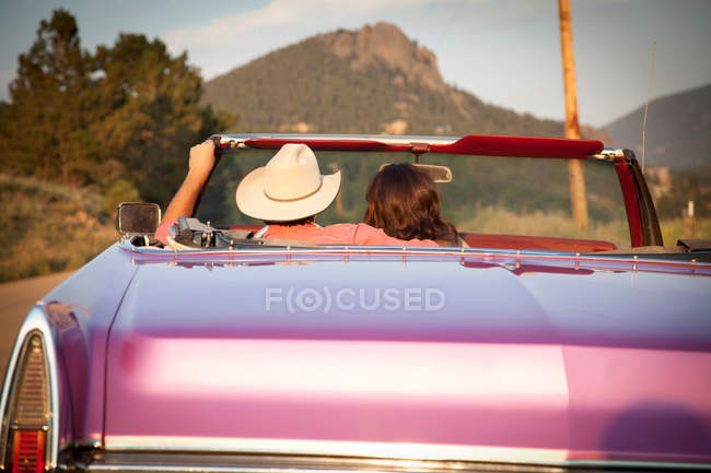 Rear view of couple in convertible car — Stock Photo