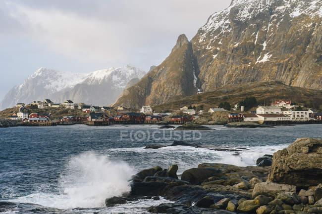Хвилі і скелі на узбережжі — стокове фото