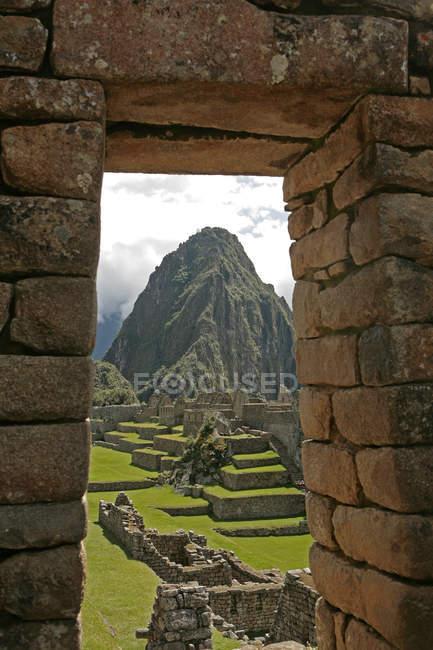 Мачу-Пікчу через кам'яною стіною — стокове фото