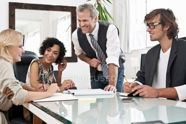Uomini d'affari che lavorano insieme alla scrivania — Foto stock
