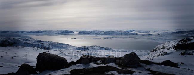 До цих пір озеро в сніжний пейзаж — стокове фото